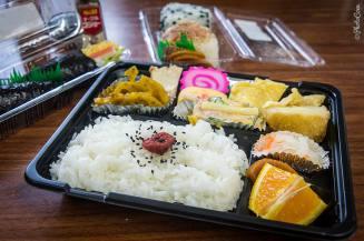 """Bento, préparé au déjeuner au Japon (© photocoen)"""" style = """"largeur: 327px; Hauteur: 217px; """"/> </div> </p></div> <p> <!-- close group --> </div> <p> <!-- close row --> </div> <p> Le <em> michi-no-eki </em> peut également avoir un compteur d'informations avec des brochures et des cartes sur la région. Les zones de repos sont sûres et propres. Malheureusement, vous ne pouvez pas compter sur le fait qu'ils ont un WiFi. Certains le font, certains ne le font pas, certains le font à intervalles (plus sur WiFi ci-dessous). </p> <p> Le système <em> michi-no-eki </em> dispose d'un site Web sur lequel vous pouvez trouver tous les emplacements. Les stations routières sont souvent mentionnées sur les cartes papier locales disponibles dans les endroits d'information touristique. </p> <p> Alors que beaucoup <em> michi-no ekis </em> ne sont pas les endroits les plus inspirants pour le camp, ils sont incroyablement pratiques et vous les trouverez partout (c'est pourquoi nous avons cessé de mentionner beaucoup d'entre eux sur la carte ci-dessous après une Quelques semaines sur la route). </p> <p> Vous ne pouvez pas faire votre lave à la main ici, mais vous trouverez des lames de monnaie dans tout le pays. </p> <p> <img class="""