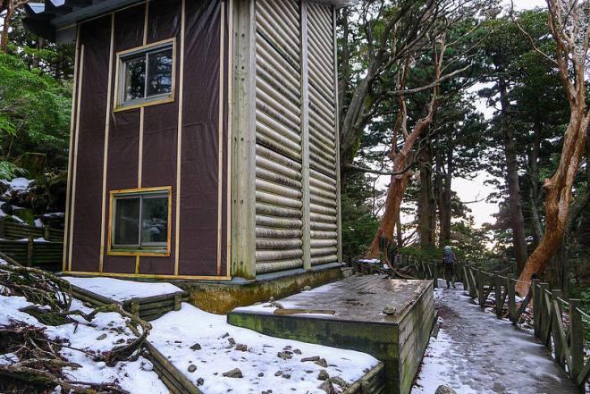 """Séjour dans une cabane de montagne, Yakushima Island (© photocoen) """"data-recalc-dims ="""" 1 """"/> </p> <h3> Camping gratuit au Japon </h3> <p> Sur l'île de Yakushima, nous avons camper librement sur la côte, en montant des Hirauchi Onsen. </p> <p> <img class="""
