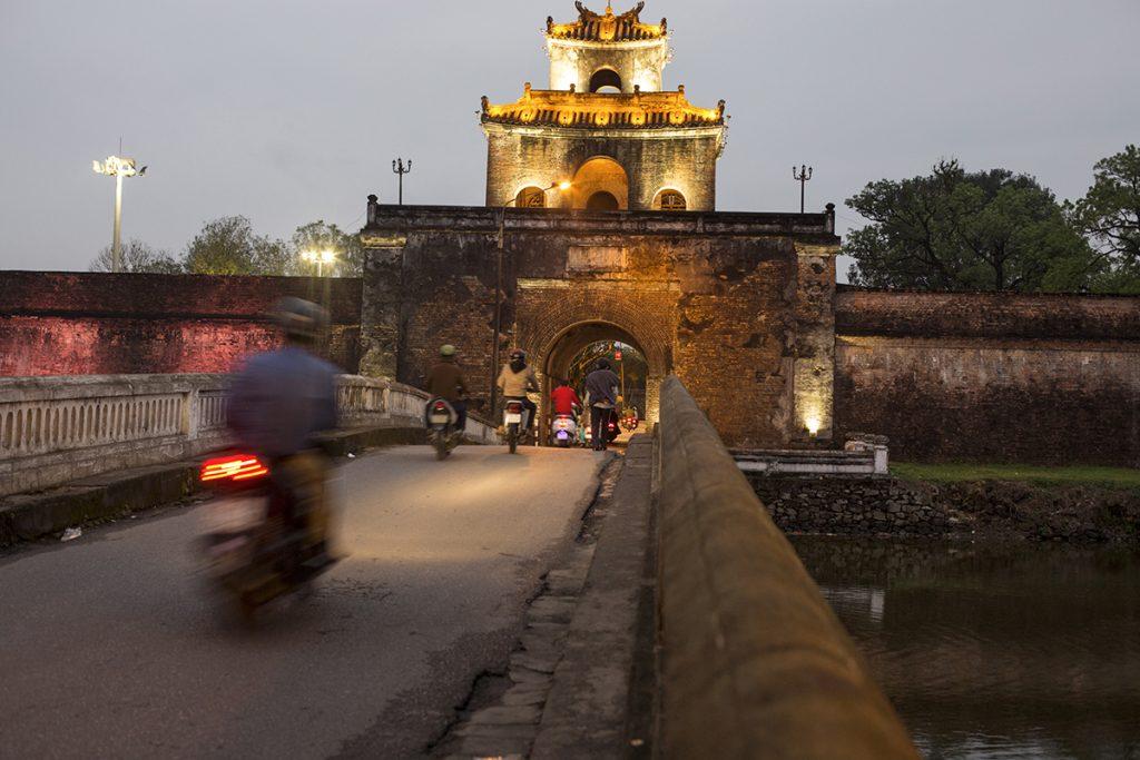 Porte d'entree, citadelle fortifiee, eclairee la nuit © Marta Nascimento
